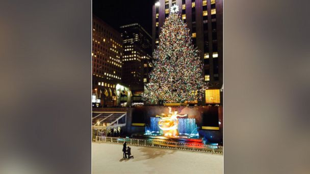 ht rockefeller proposal canvas sr 131218 16x9 608 Whos the Mystery Couple Engaged at Rockefeller Center Christmas Tree?