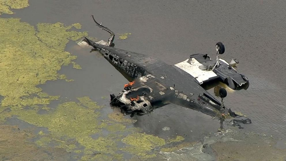 Twin-engine plane crashes into Texas pond, pilot dies