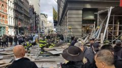 'PHOTO: Holly Hudson tweeted this photo of scaffolding that fell on Broadway and Prince in the Soho neighborhood of New York, Nov. 19, 2017.' from the web at 'http://a.abcnews.com/images/US/lower-manhattan-scaffolding-collapse-1-ht-jt-171119_16x9t_240.jpg'