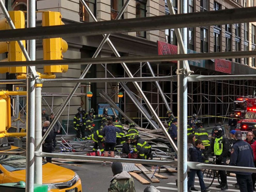 'PHOTO: Holly Hudson tweeted this photo of scaffolding that fell on Broadway and Prince in the Soho neighborhood of New York, Nov. 19, 2017.' from the web at 'http://a.abcnews.com/images/US/lower-manhattan-scaffolding-collapse-4-ht-jt-171119_4x3_992.jpg'