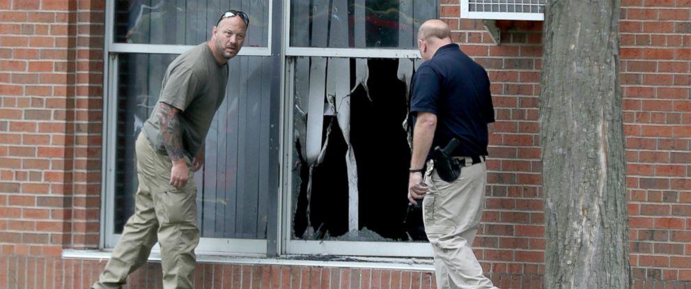 PHOTO: Law enforcement officials investigate an explosion at the Dar Al-Farooq Islamic Center in Bloomington, Minn., Aug. 5, 2017.
