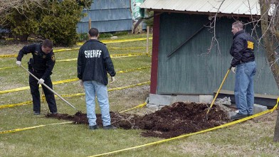 PHOTO: Members of the Onondaga County Sherriff's Dept. search the back garden of John Jamelske in De Witt, New York.