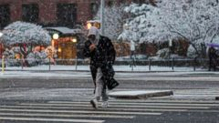 'PHOTO: A man makes his way during a snowstorm in New York, Dec. 9, 2017.' from the web at 'http://a.abcnews.com/images/US/new-york-snowstorm-gty-jt-171214_16x9t_240.jpg'