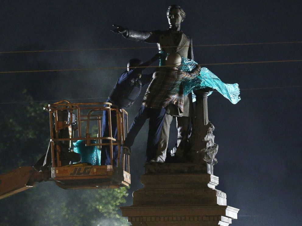 PHOTO: A construction crew works to remove a monument of Jefferson Davis in New Orleans, May 11, 2017.