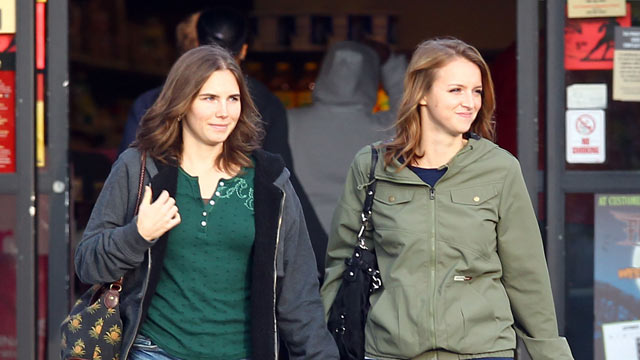 PHOTO: Amanda Knox and her sister, Deanna Knox do some shopping and grab a Jamba Juice. The happily reunited sisters stopped off at a Safeway before grabbing a Jamba Juice drink together, Oct.16, 2011.