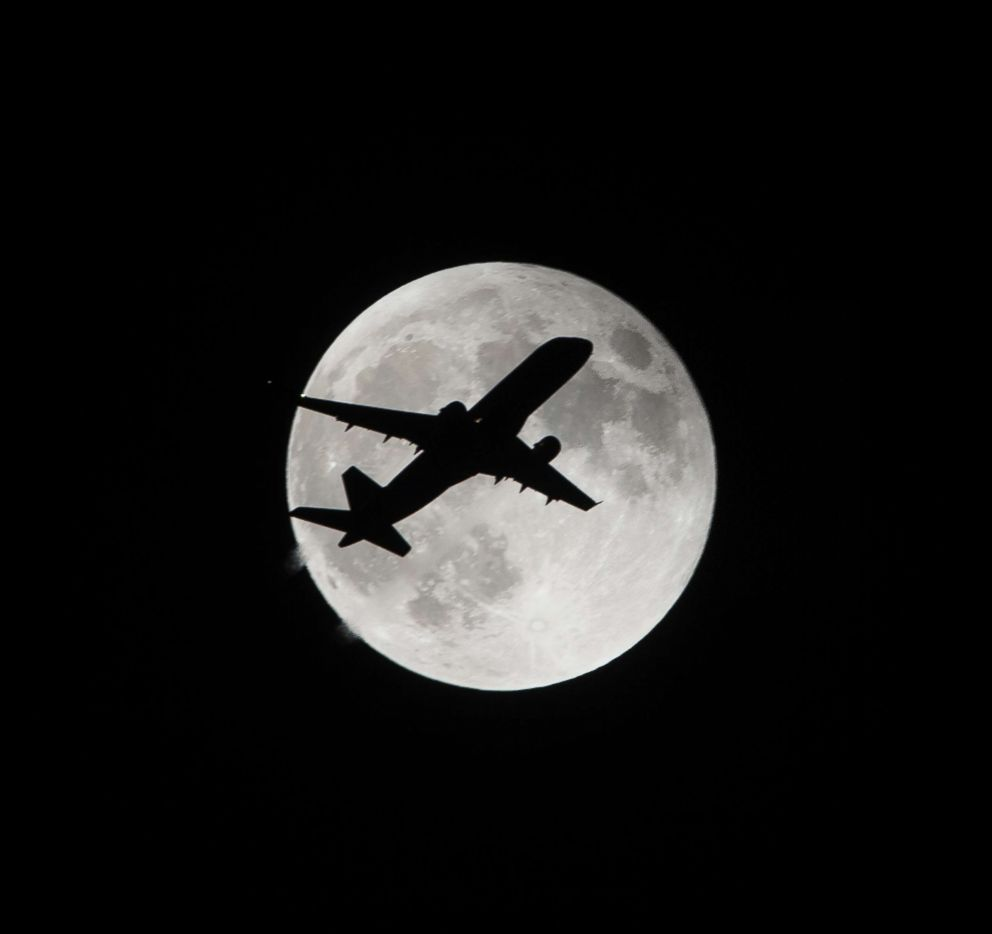 PHOTO: A plane ascends in front of the super moon in Los Angeles on Sept. 27, 2015.