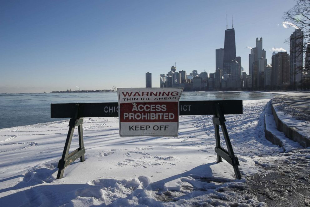 PHOTO: A sign warns pedestrians along the lakefront in Chicago, Dec. 27, 2017.