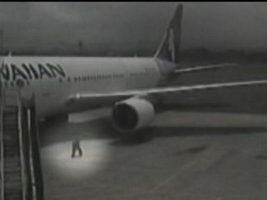 Teen Stowaway Caught on Video Exiting Jet Wheel Well