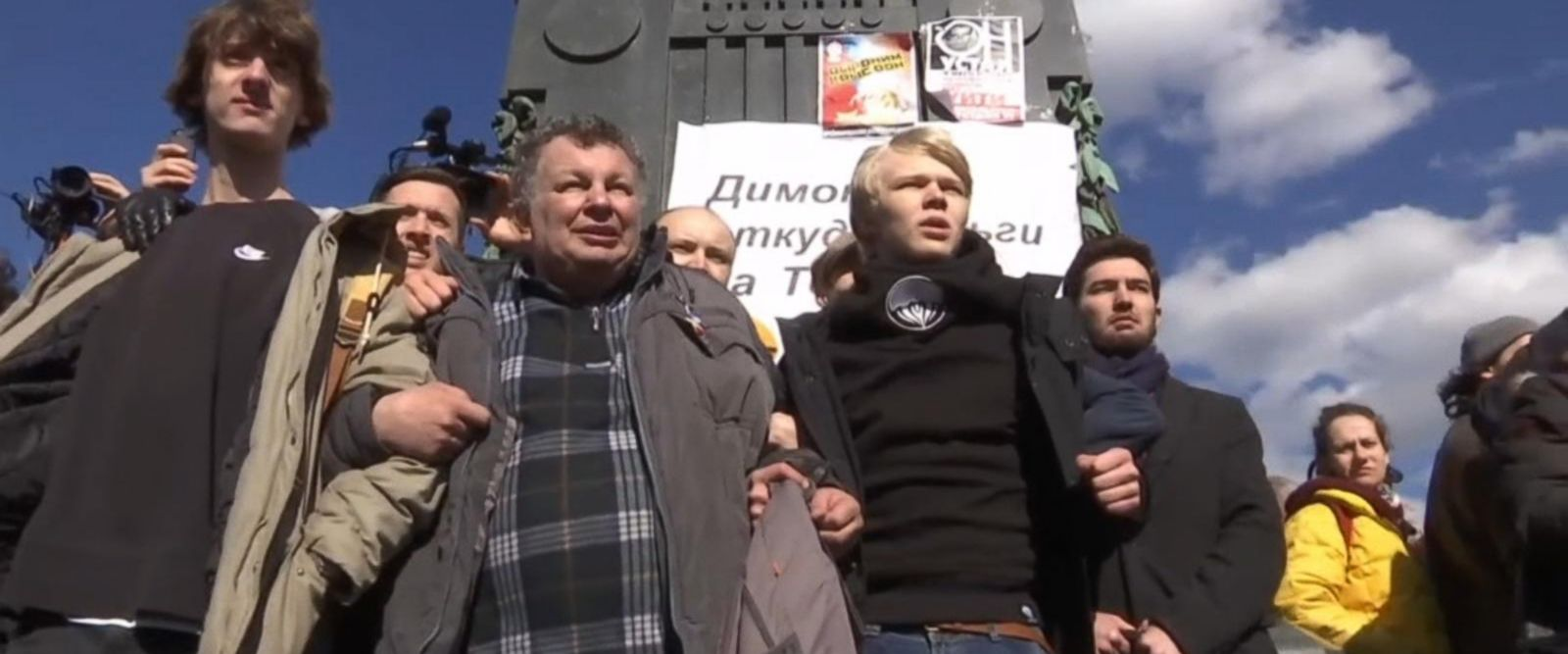 VIDEO: Thousands march in anti-corruption protests across Russia
