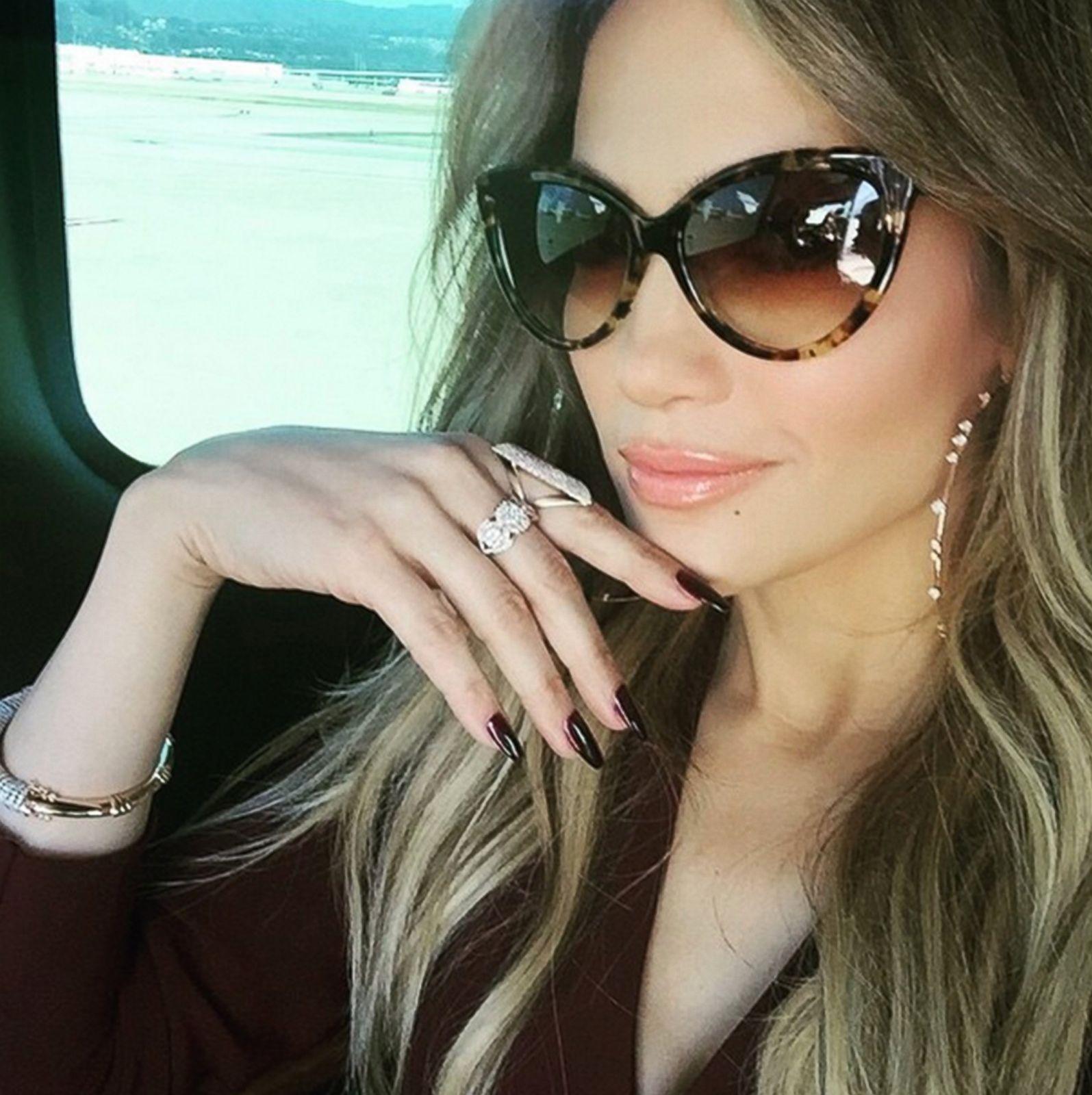 Jet-Setting Jennifer Lopez Posts a Selfie Picture ...