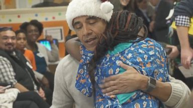 Obama spreads holiday cheer at children's hospital