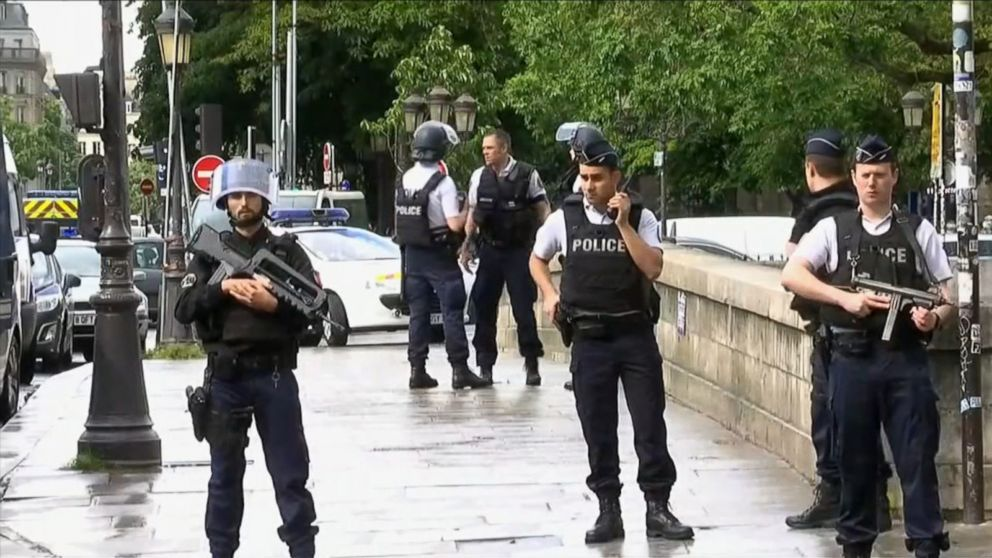 ... Suspect shouted  This is for Syria  before attacking cop near Notre-Dame  in Paris Video c6d01948a320