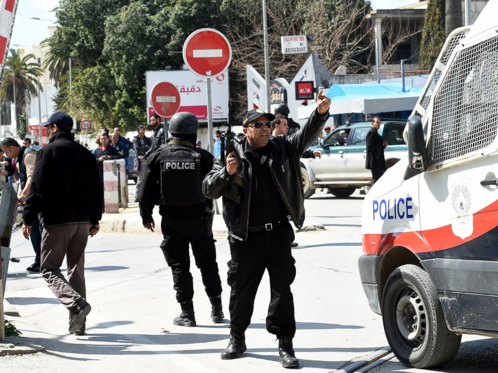 PHOTO: Tunisian security forces secure the area after gunmen attacked Tunis famed Bardo Museum, March 18, 2015.