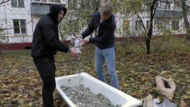 Man pays for iPhone XS with a bathtub full of coins in Russia