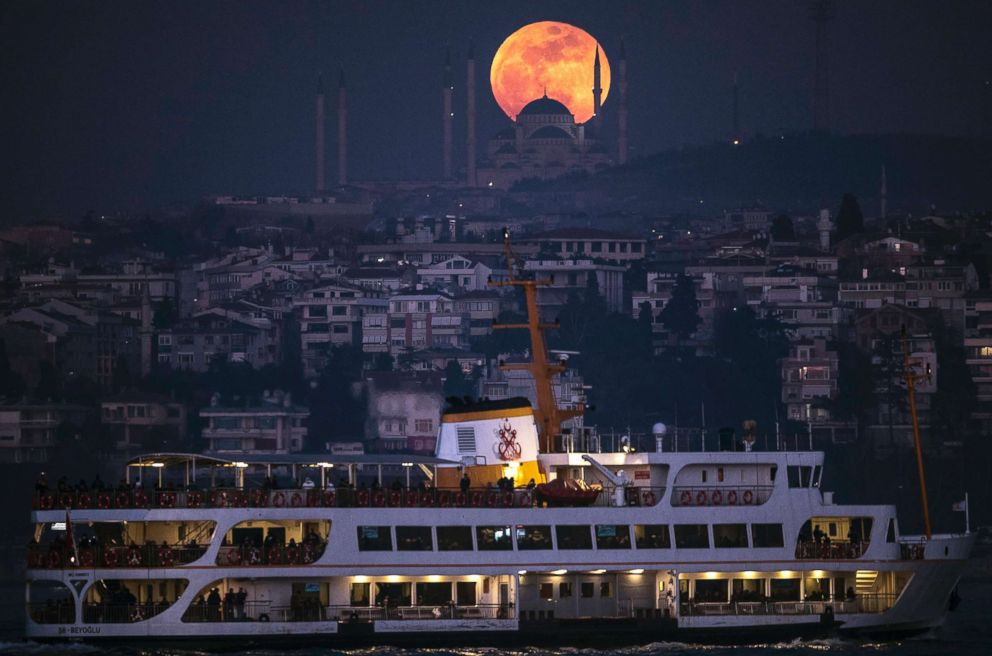 PHOTO: A super moon rises above the Camlica Mosque in Istanbul, on Jan 31, 2018.