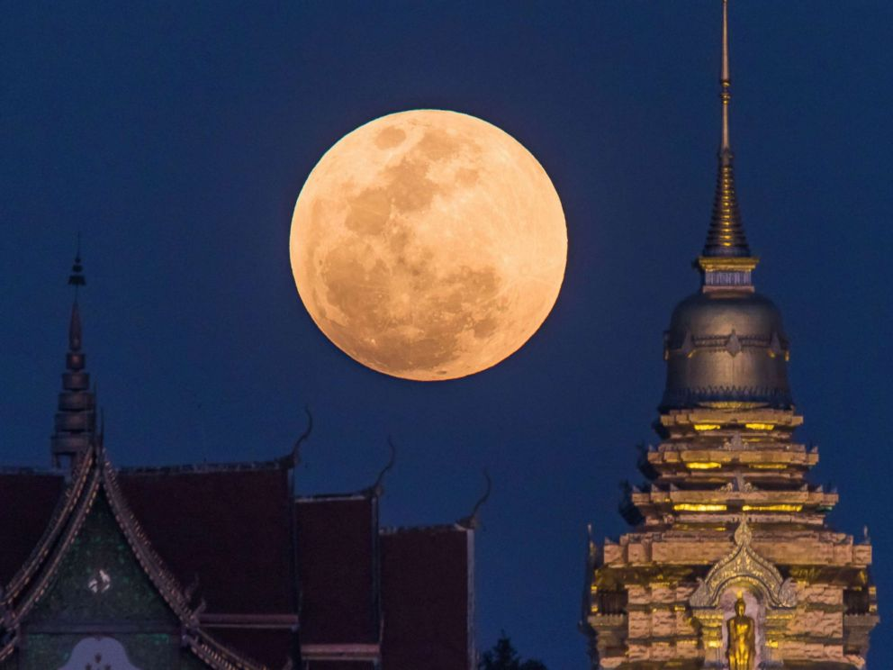 PHOTO: A super blue blood moon rises behind a Buddhist temple in Chiang Mai, Thailand, on Jan. 31, 2018.