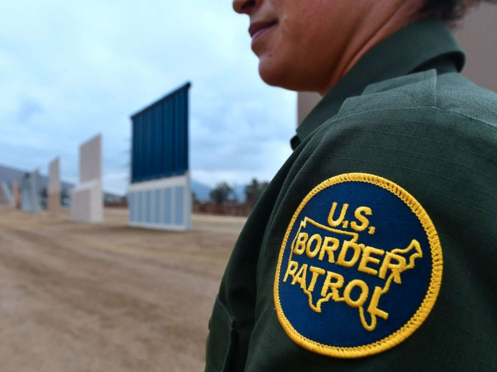 PHOTO: An officer of the US Border Patrol UU It is located near the prototypes of the border wall proposed by US President Donald Trumps, on November 1, 2017, in San Diego, California.
