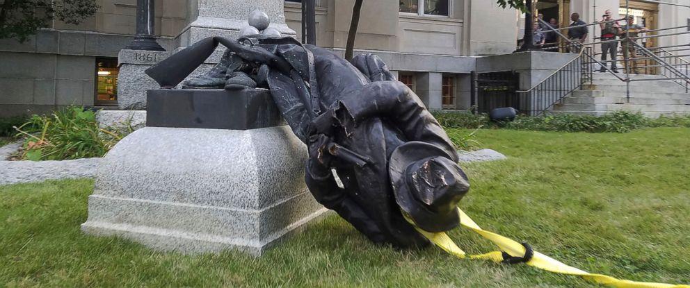 confederate monument protest durham ap jt 170815 31x13 992 - Mayoría de estadounidenses apoyaron preservación de estatuas confederadas