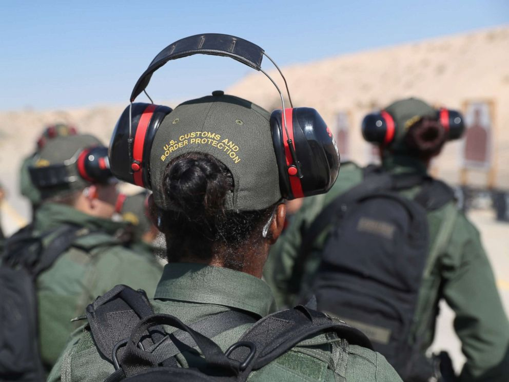 PHOTOGRAPHY: US Border Patrol practitioners UU They participate in a weapons training class at the US Border Patrol Academy. UU On August 3, 2017 in Artesia, New Mexico.